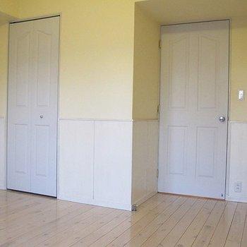 さて、どちらがキッチンに続くドアでしょう?