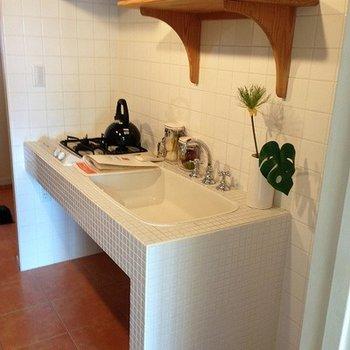 白いタイルが貼られた可愛らしいキッチン