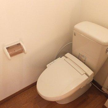 トイレは個室!小さな洗面スペースあり。