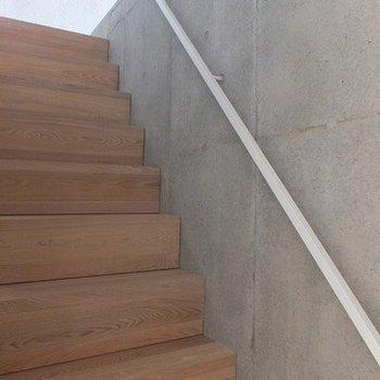この階段を登って3階へ。