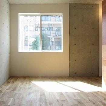 窓から差し込む光が柔らかですね。