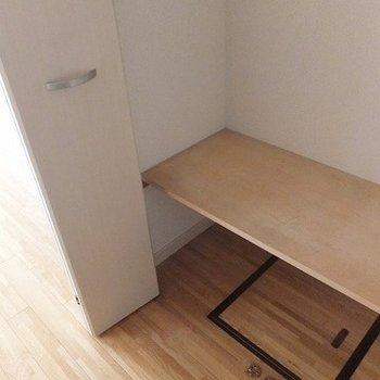 キッチン後ろに床下収納あります
