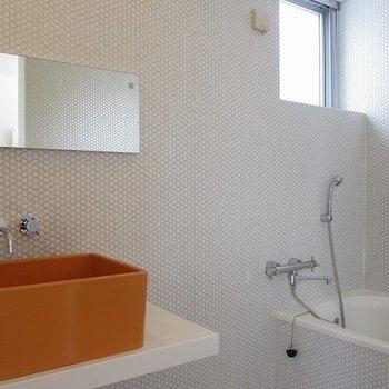 鮮やかなオレンジが真っ白なタイルに映えますね。