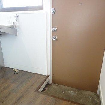 玄関のとなりが、洗濯機を置くスペース。