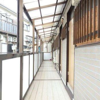 昭和感漂う共用部、ミシミシっていいます。窓のすぐそこには列車がとおります。
