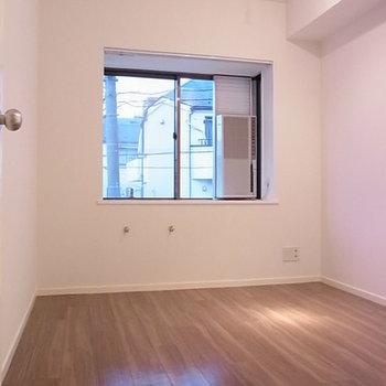 正方形な間取りで使い勝手の良い個室※写真は別部屋