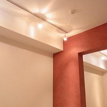 照明はスポットライト※写真は別部屋
