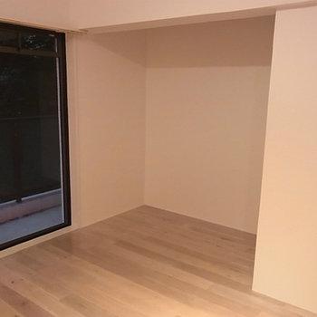 広い収納スペース(カーテン取付可)に十分な大きさのベランダ※写真は別部屋
