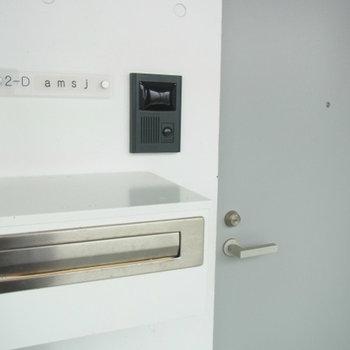 玄関入口。ネームプレートは有料で作成します。