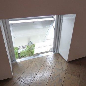 小さいドアとはこちら。足元に4つ。
