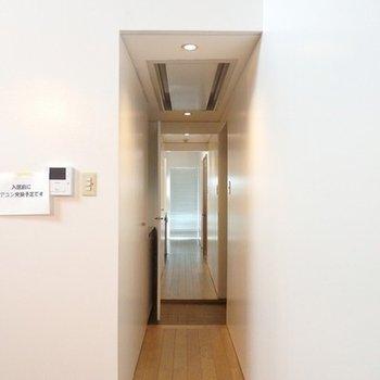 玄関からは左右に行けるんです。