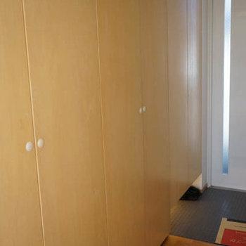 玄関廊下にもたっぷり収納が。※写真は別室です