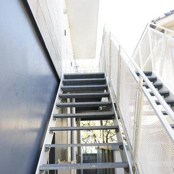 玄関までの階段は専有です。