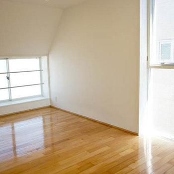 洋室、奥側はナナメになってます。※写真は別室です
