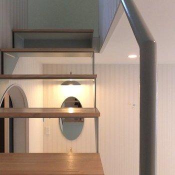 階段の手すりはミントグリーン。