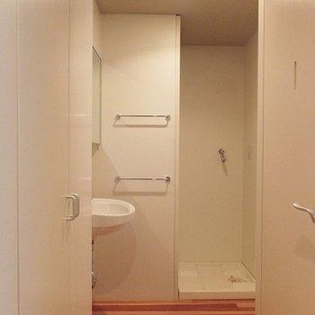 白で統一。トイレ扉の遊び心
