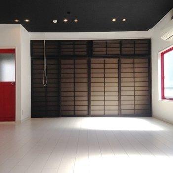 赤の扉と窓枠がすごい主張してきますね。