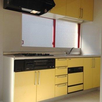 3口コンロのシステムキッチン。左に冷蔵庫を置けます。