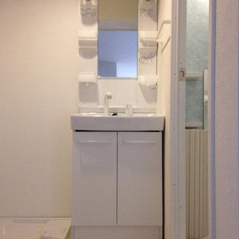 シンプルな独立洗面台。