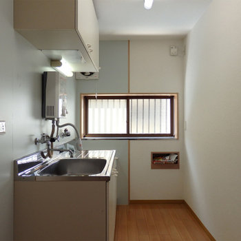 キッチン部分。通りに面した窓があります
