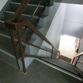 ちょっと急な階段、足元注意!※写真は別部屋