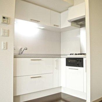 直角のキッチンっていいですよね。ガス2口のグリル付き