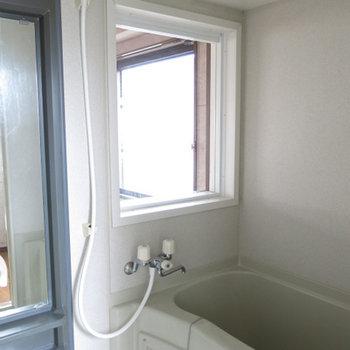お風呂に室内向けのFIXの窓が着いています。