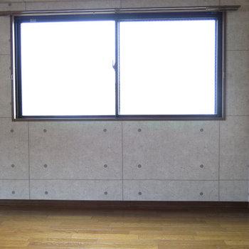 採光部分は多いです。右はお風呂の窓です。