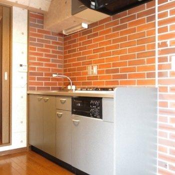 キッチン。簡素だけど、レンガのインパクト強め。