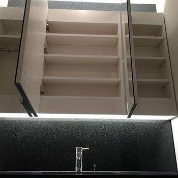 洗面鏡の奥も実は収納スペースとなってます。