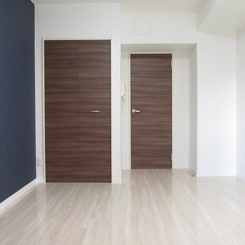 ドアはダークブラウン。