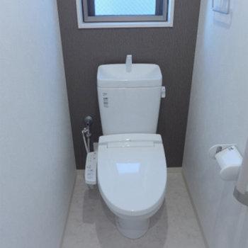 トイレはウォシュレット付き。窓もあります!
