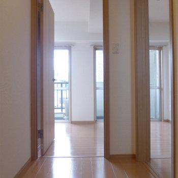 玄関からの眺め。南向きの窓から光が差し込みますね!