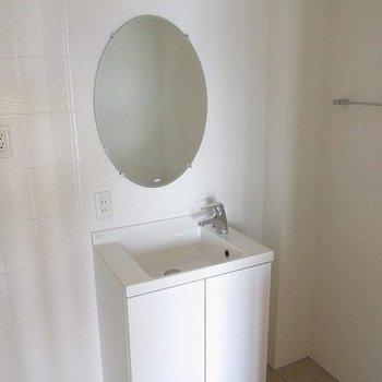 洗面台も独立で丸いミラーがかわいいです!