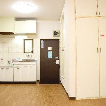 白が基調のナチュラルカラーなお部屋です。