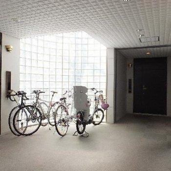 玄関前の共用部。光の入り方が素敵。