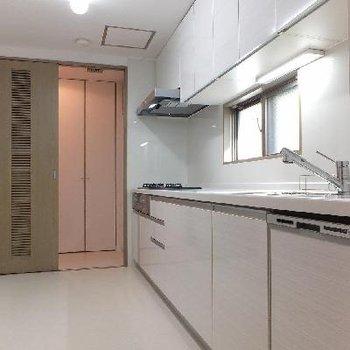 キッチンは3口コンロ。後ろに大きな食器棚を置きたい!