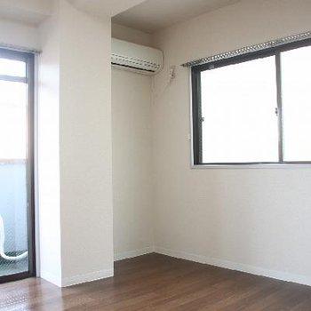 奥の洋室にはエアコンが付いています