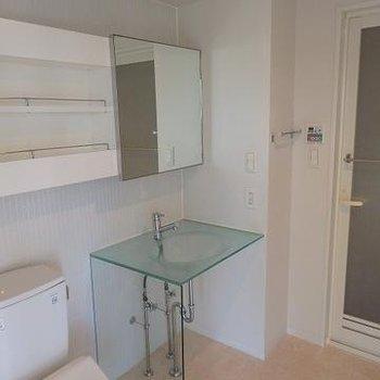 洗面台もデザインされていてショープな感じ(写真は別室です)