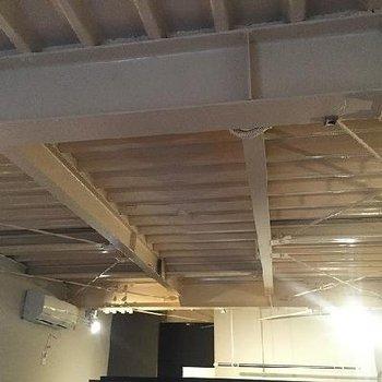 天井は鉄骨むき出しです。クリーム色!