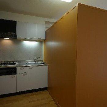 キッチンと居室を区切る収納は可動式!