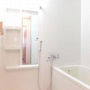 お風呂は普通です。棚が便利そう。