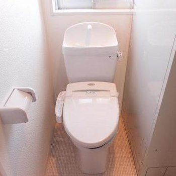 トイレは洗面台左にあります。