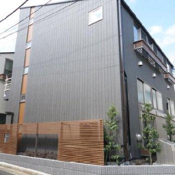 ブラックでかっこいい新築アパート