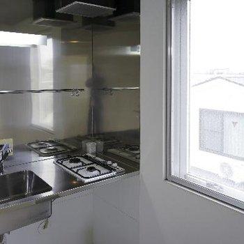 キッチンは横に窓がついてさわやかです♪