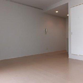 右奥はキッチン。壁がひろーーい。※写真は別部屋です