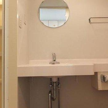 キュートな鏡。ここが脱衣スペースにもなります※写真は別部屋です