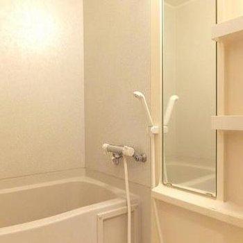 お風呂は普通ですが、棚が嬉しい。※写真は別部屋です