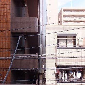 同じくらいの建物が立ち並んでいるので眺望は期待できません。。
