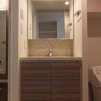 お風呂、洗面台、トイレの横並び。